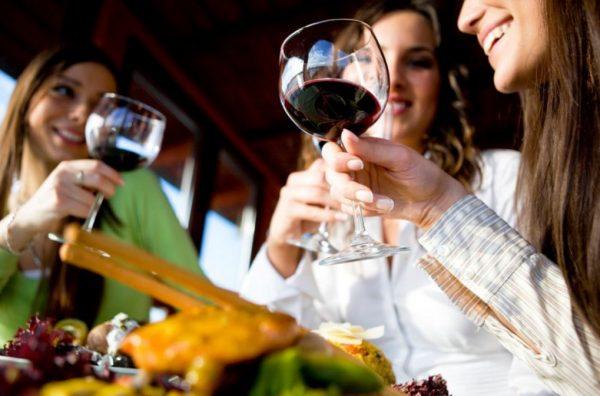 Девушки думают, что бокал вина в руке это выразительно. Но чрезмерное поглощение алкоголя скажется через пару месяцев на состоянии кожи рук и лица.