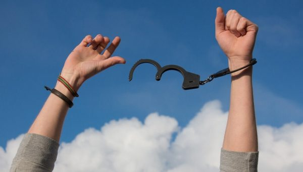 Якщо наркоман не хоче допомоги, лікування повинно бути на першому етапі примусовим