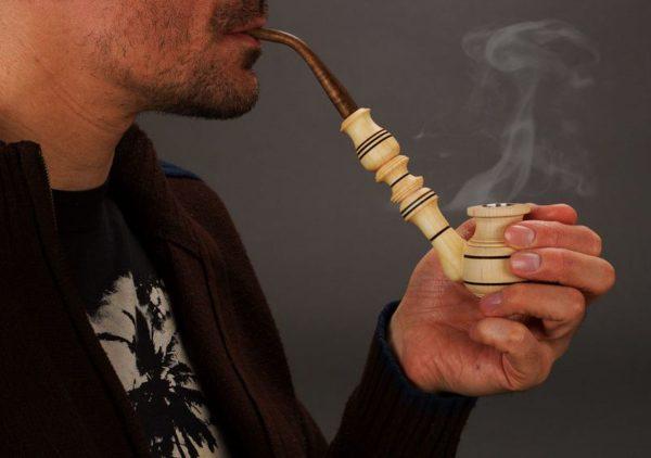курить трубку