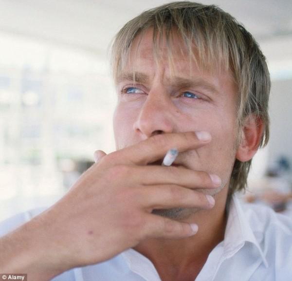 Мужчине может помочь бросить курить женщина