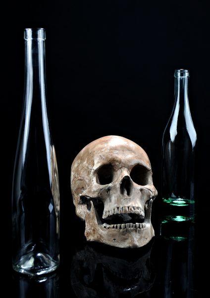 Умереть можно после выпитой бутылки водки емкостью 0,75 литра в течение шестичасового промежутка. Ошибаются те, кто ищет спасение в плотной закуске – наоборот, станет только хуже.